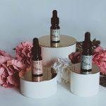3 aceites cbd para ilustrar ¿Por qué Yuyo Calm es diferente? con un fondo neutro y flores que lo adornan