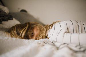 chica en cama para ilustrar el post de endometriosis y cbd