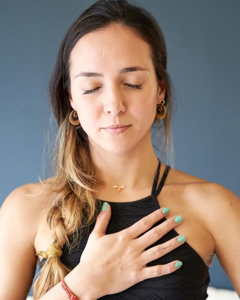 Ainara Goñi profesora de yoga y meditación pra ilustrar el post de meditación y cbd