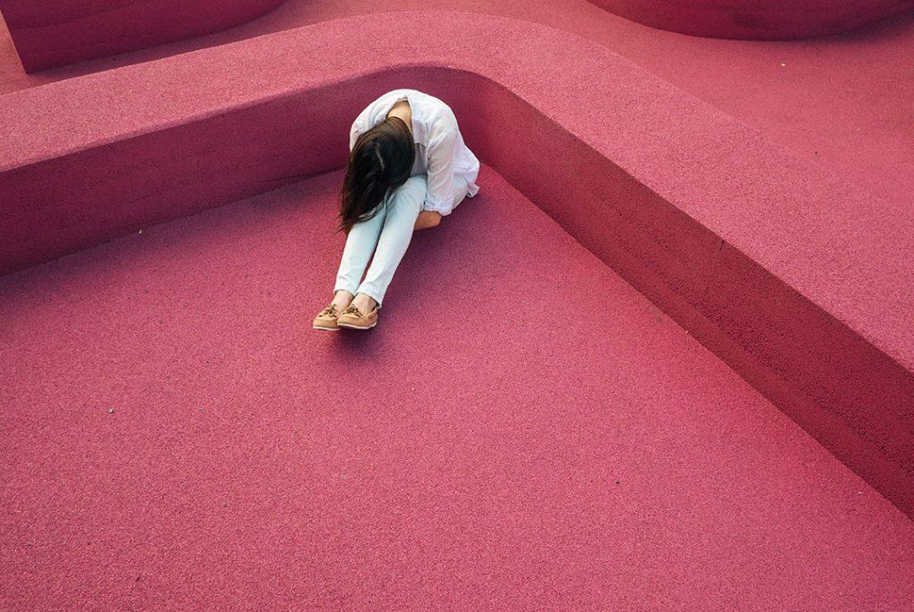 imagen de una persona acurrucada en un rincón para ilustrar ansiedad y cbd