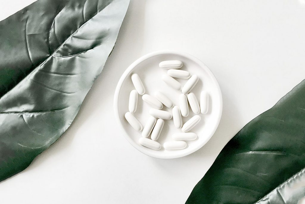 Pastillas en un bol para ilustrar cbd y medicación