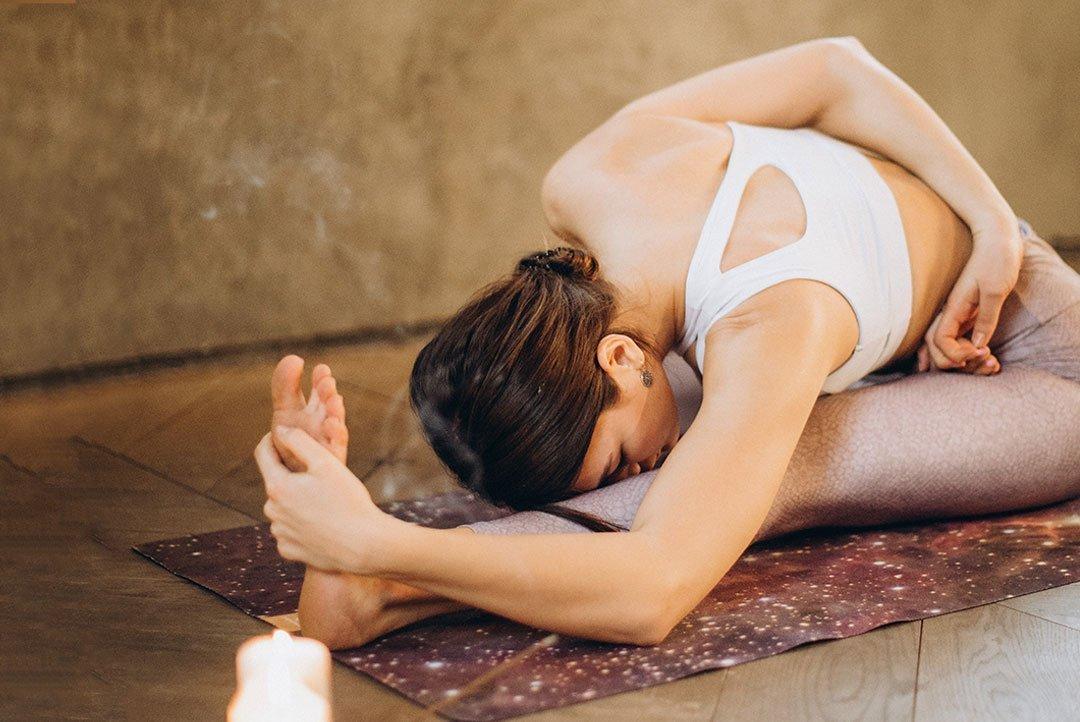 Imagen de mujer estirándose para ilustrar el artículo de mi experiencia con el yoga usando cbd