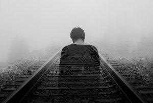 doble exposicion de un hombre y unas vías de tren para ilustrar depresión y cbd