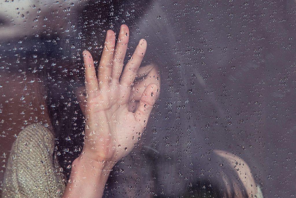 chica con mano expresando dolor