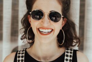 chica sonriendo para ilustrar el post de cbd y salud bucodental
